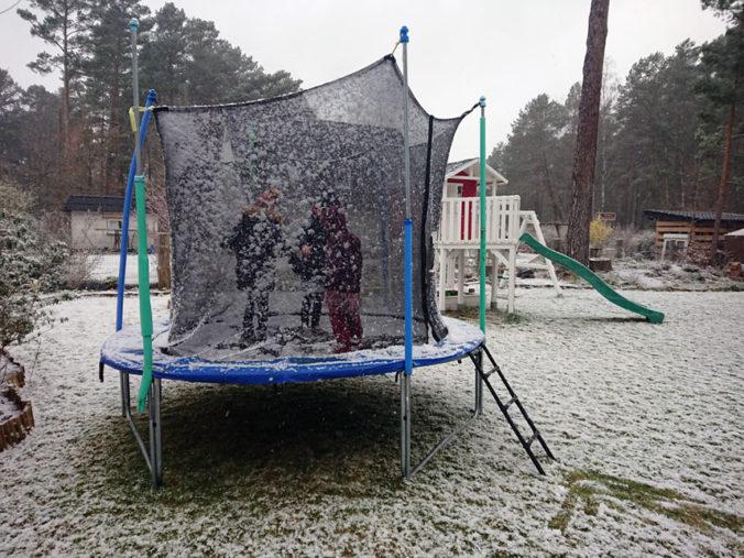 trampolin im schnee